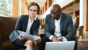 collegues-discussion-salaire